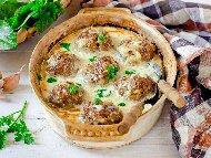 Кюфтета яхния със свинска кайма с бял сос с кисело мляко и яйца